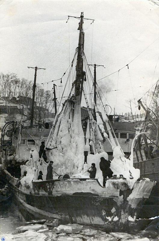 Слева сын капитана Финашина В. Т., Слава, в порту Петропавловска-Камчатского