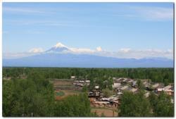 Вид сверху на село лазо и вулканы Камчатки