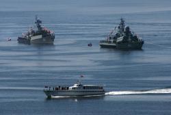 Адмиральский катер принимает парад военных кораблей в Авачинской бухте в День Военно-морского флота
