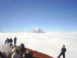 Массовое восхождение на Авачинский вулкан на полуострове Камчатка