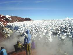 Массовое восхождение на Авачинский вулкан на Камчатке
