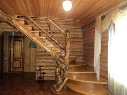 4. Эссо. Гостиница Три медведя, лестница на 2-й этаж. Март 2013.jpg