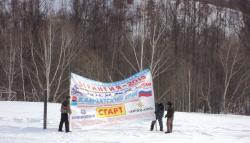 59. На территории этнической деревни Мэнэдек устанавливают стартовый плакат для второго этапа гонок Берингии. МАрт 2013).jpg