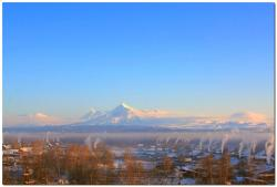 Зима в селе Лазо на фоне вулканов Ключевской группы
