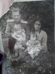 Андрей Степанович, Татьяна Тегретгеут и две дочери Люба и Люда