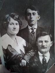 Посередине Якуб Мальсагов, справа Сандро Мальсагов, слева первая жена Сандро Мальсагов